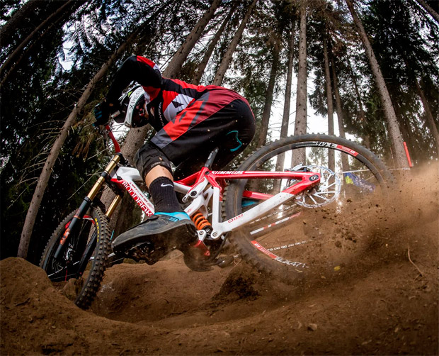 Mondraker Summum Carbon, triple podio para la mejor bicicleta de DH del momento