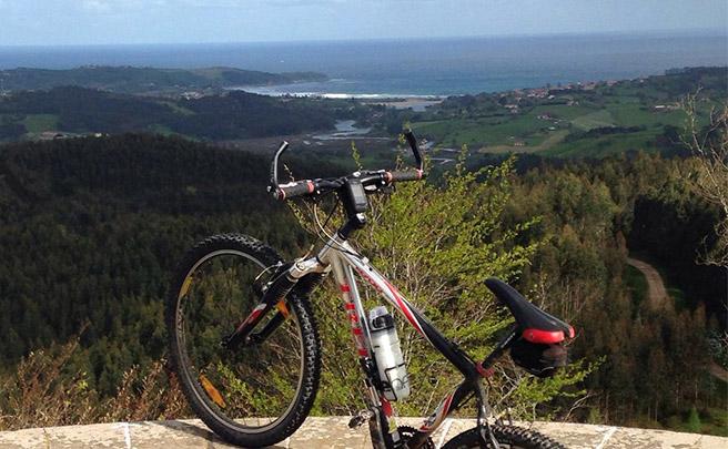 La foto del día en TodoMountainBike: 'Monte Corona y playa de Oyambre al fondo'
