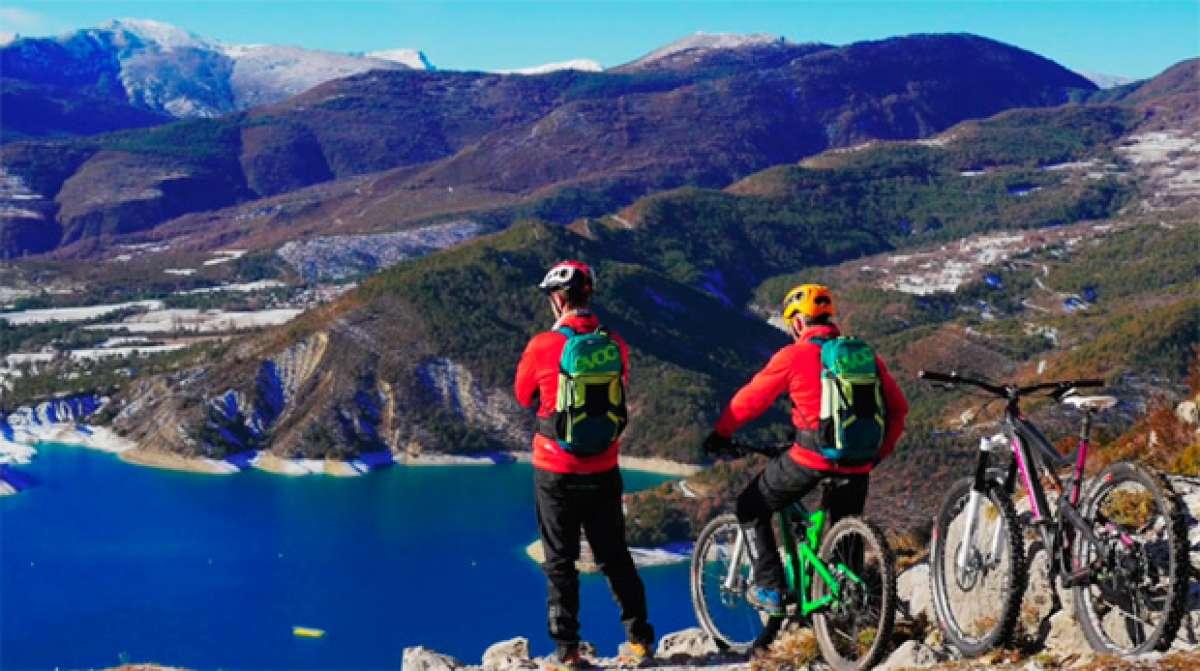 Practicando ciclismo de montaña en las gargantas del Verdon (Francia)