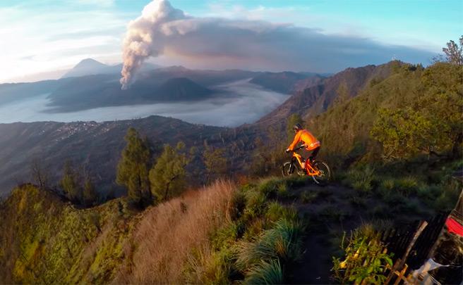 Rodando por el Monte Bromo (Indonesia) con Kurt Sorge y Polygon Bikes