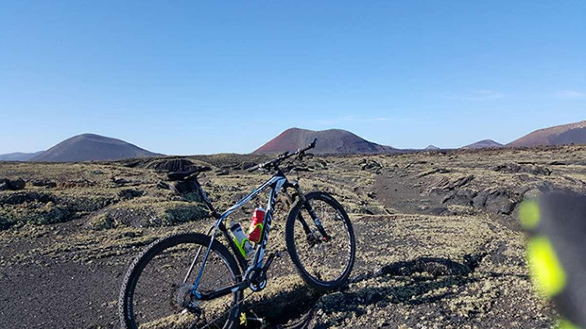 """La foto del día en TodoMountainBike: """"MTB entre volcanes"""""""