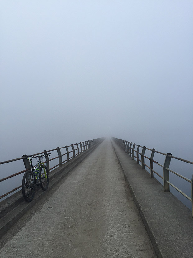 """La foto del día en TodoMountainBike: """"Niebla a primera hora en el embalse de Cecebre"""""""
