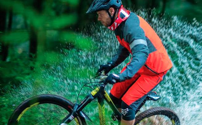 Pedaleando bajo la lluvia con Rémi Thirion y la nueva colección de otoño de Fox Head