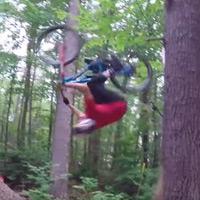 ¿Un salto mortal hacia atrás en bicicleta? No, mejor un salto mortal hacia atrás en bicicleta... y contra un árbol