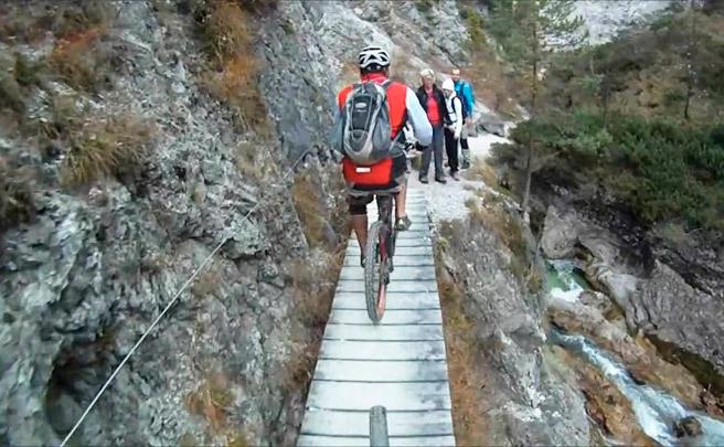 12 minutos de caídas practicando Mountain Bike para empezar el año bien prevenidos
