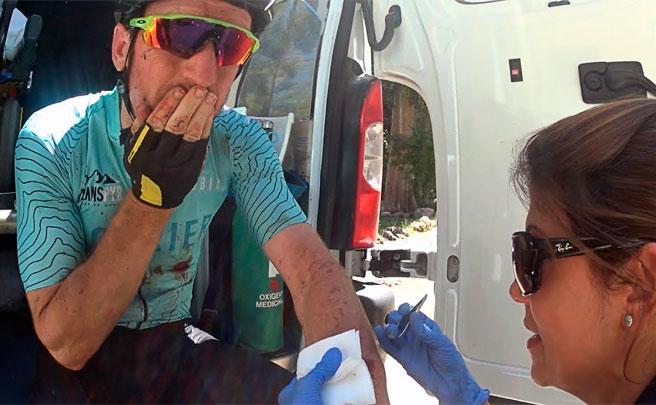 Accidente de Ibon Zugasti en la tercera etapa de la Transpyr 2017, con rama incrustada en el brazo incluida