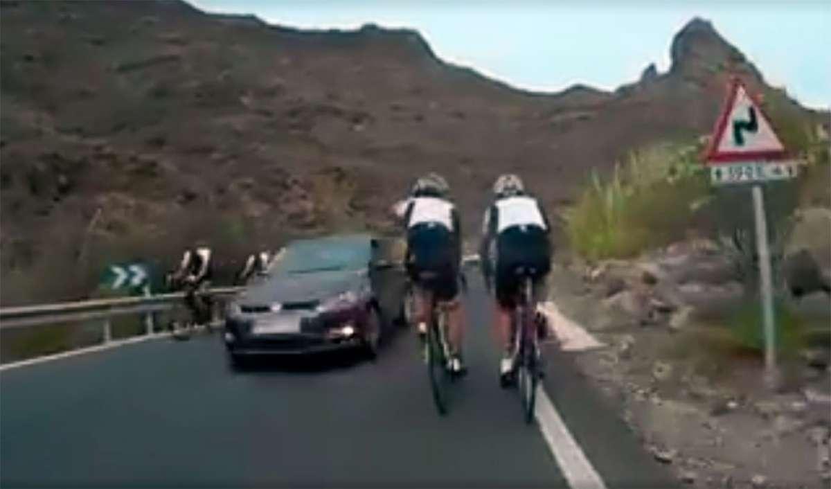 """Así adelanta un conductor """"asesino"""": sin respetar la distancia de seguridad, y por el medio de cuatro ciclistas"""