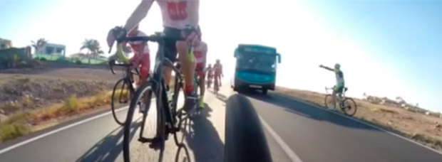 Lección sobre cómo NO se debe adelantar a los ciclistas, a cargo de un conductor 'profesional' de autobuses