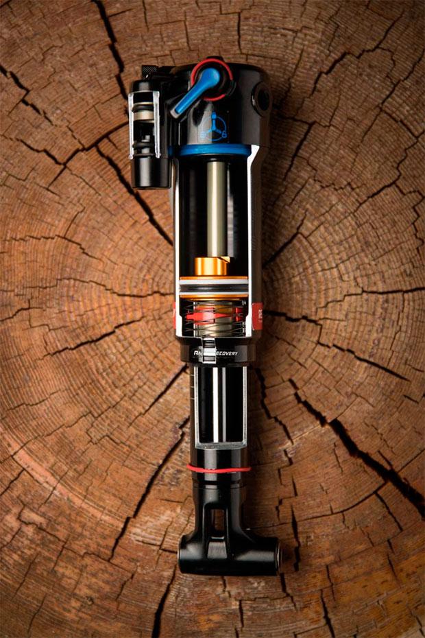 Tecnología de la Fórmula 1 para los revolucionarios amortiguadores Trek RE:aktiv Thru Shaft de 2018