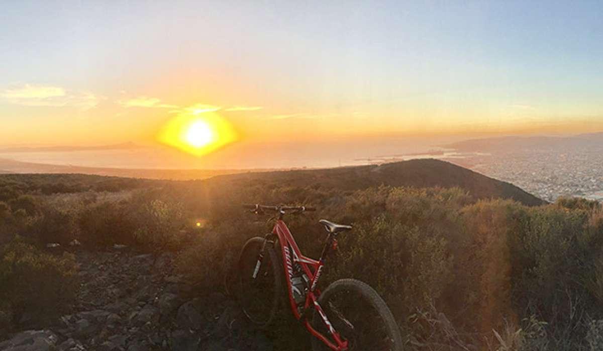 """La foto del día en TodoMountainBike: """"Atardecer en la cima de Ensenada"""""""
