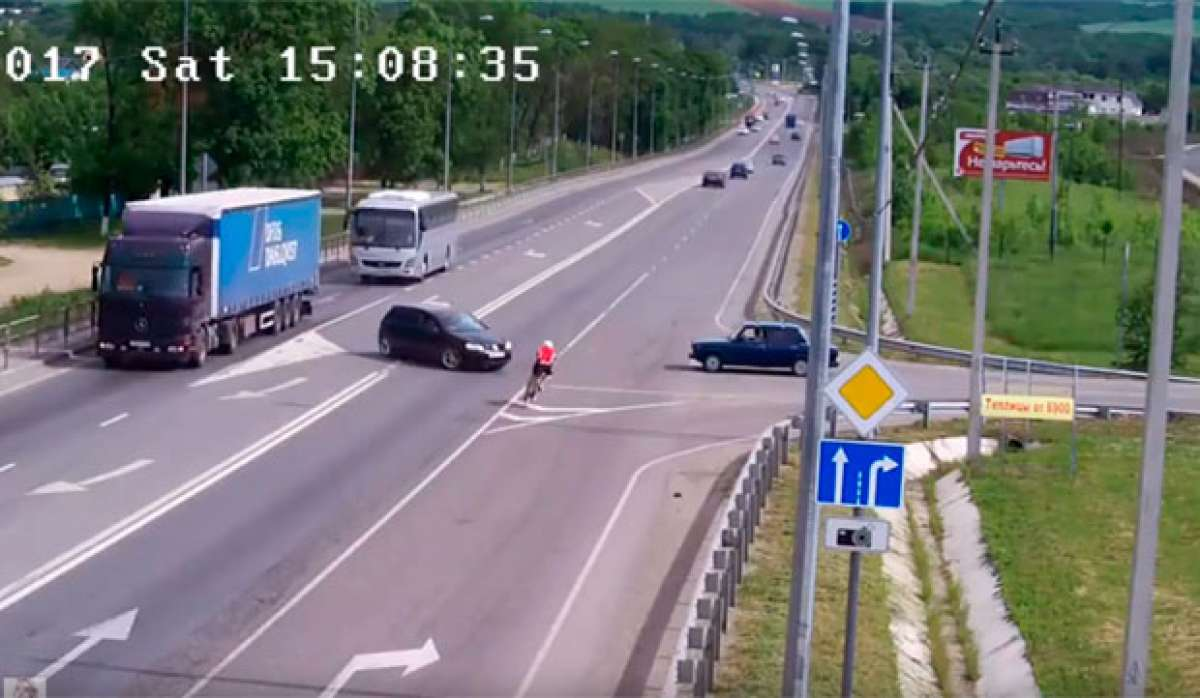 La vulnerabilidad (e invisibilidad) de los ciclistas en la carretera, resumida en un brutal atropello