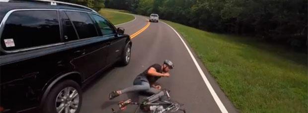 Así atropella 'intencionadamente' a un ciclista un decano de Universidad, y se da a la fuga