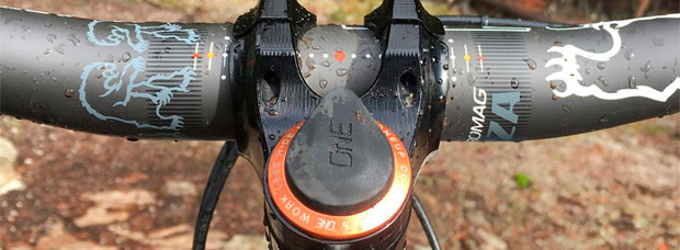OneUp EDC Tool, una completa multiherramienta oculta en el tubo de dirección