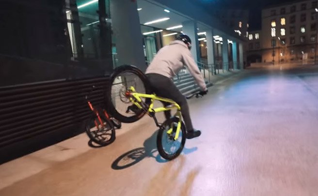 Sesión de 'Trial Bike' urbano bajo la lluvia con Fabio Wibmer y Elias Schwärzler