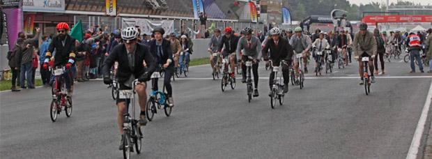 La única carrera de bicicletas que se disputa con traje y corbata: llega la Brompton World Championship 2017 de Barcelona
