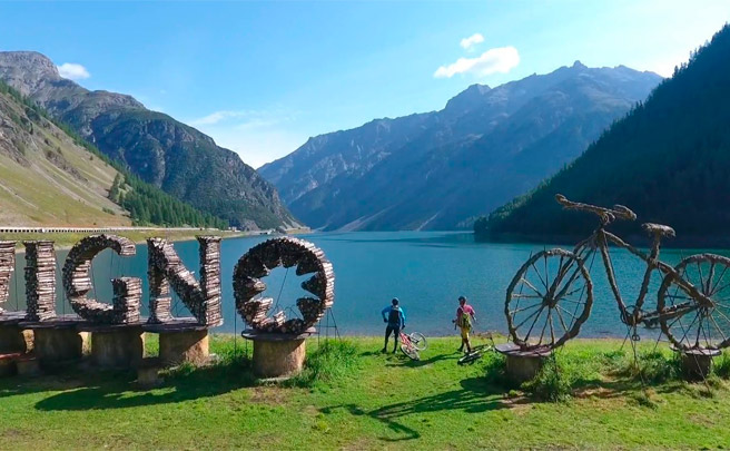 Hans Rey y Brian Lopes rodando por el Carosello 3000 Mountain Park de Livigno, en los Alpes italianos