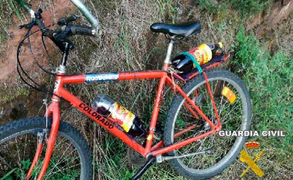 """Pillado un ciclista borracho en Villaviciosa con dos botellas de vino de litro y medio en la bicicleta para """"saciar la sed"""""""