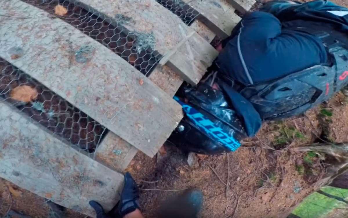 En TodoMountainBike: Una razón de peso para no rodar nunca solos: quedarse con la cabeza atascada tras una caída