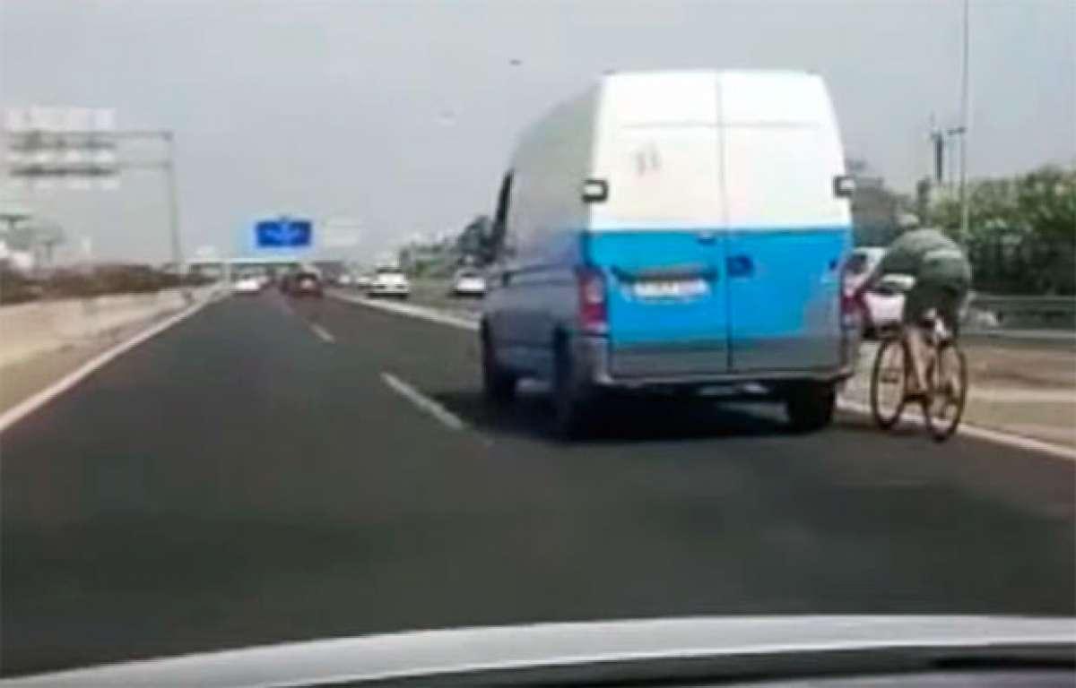 """Cazado"" un ciclista agarrado a una furgoneta a más de 100 km/h en la Autopista de Levante (Mallorca)"