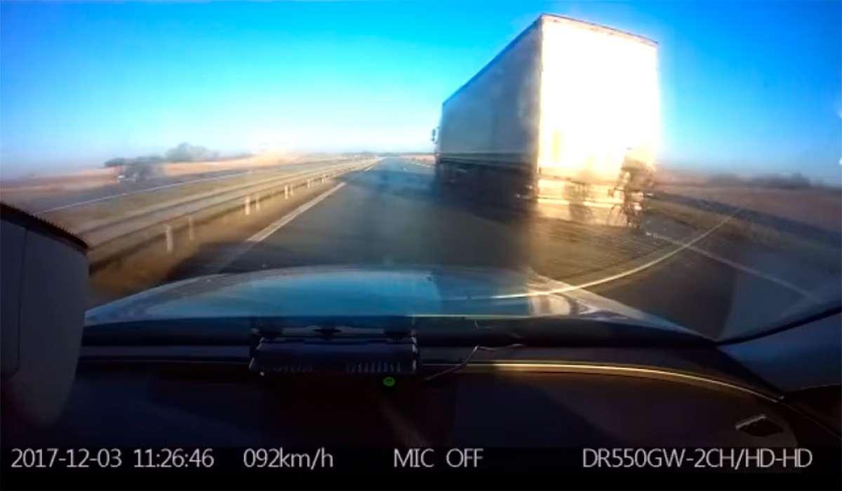 Pillado en Lituania un ciclista rodando por la autopista a más de 90 km/h a rebufo de un camión