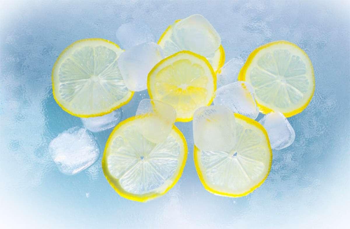 Cómo preparar cubitos de limonada isotónica para rehidratarnos con bebida bien fría