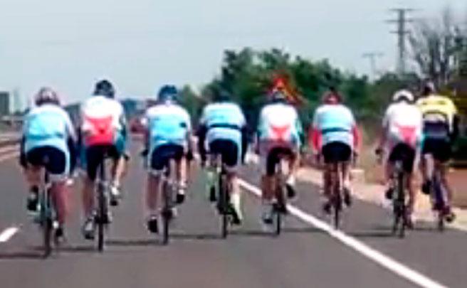 El penoso comportamiento de un grupo de ciclistas, denunciado por un conductor