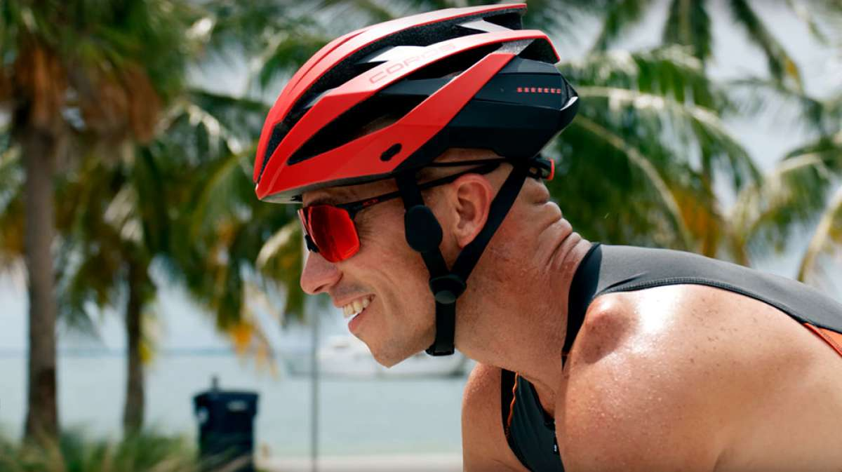 Coros OMNI, un casco con sistema de audio por conductividad ósea, luces LED y conectividad funcional