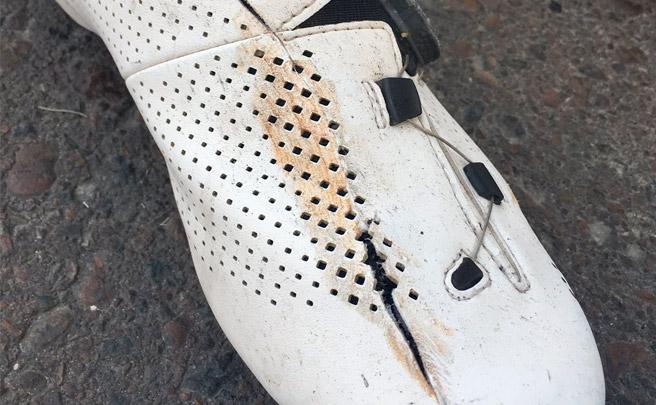 Más polémica sobre los frenos de disco con una zapatilla cortada en dos tras una caída en el Tour Abu Dhabi 2017