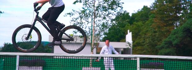 Danny MacAskill exhibiendo técnica en Wimbledon, el escenario más importante del mundo del tenis