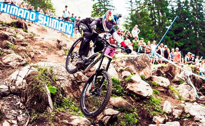 Los descensos ganadores de Greg Minnaar y Myriam Nicole en la Copa del Mundo DHI 2017 de Lenzerheide
