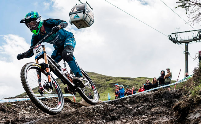 Los descensos ganadores de Greg Minnaar y Tracey Hannah en la Copa del Mundo DHI 2017 de Fort William