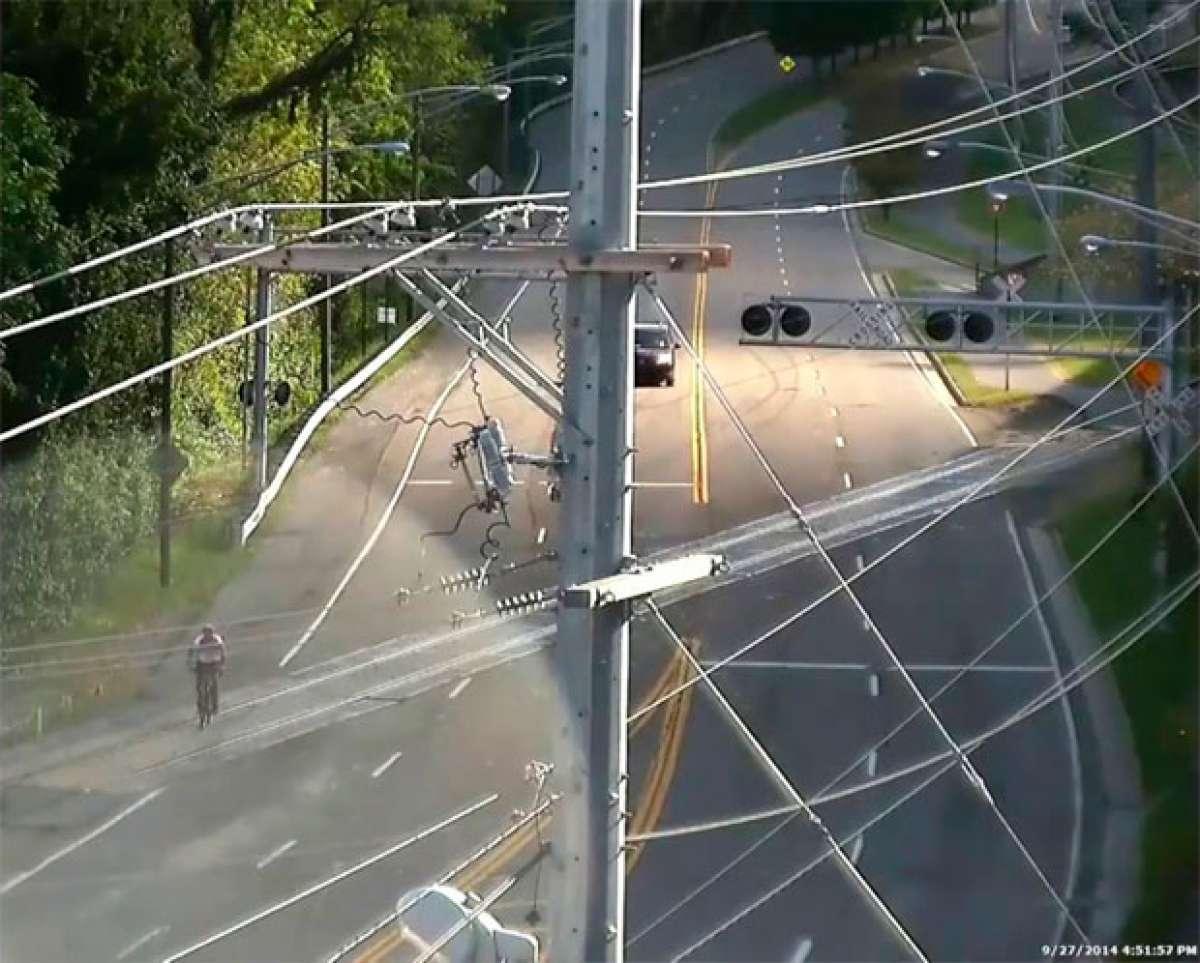 Los peligros de cruzar sobre una bicicleta un paso a nivel