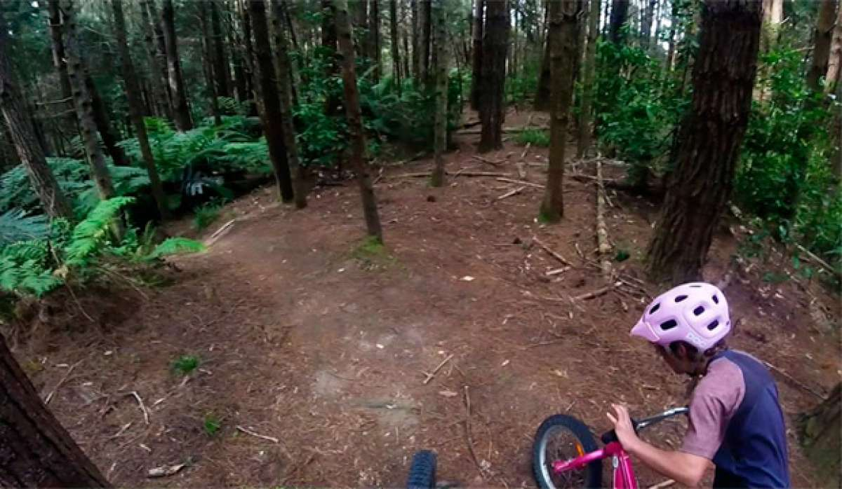 Así de bien rueda Erice, una niña de 10 años, con su Mountain Bike rosa