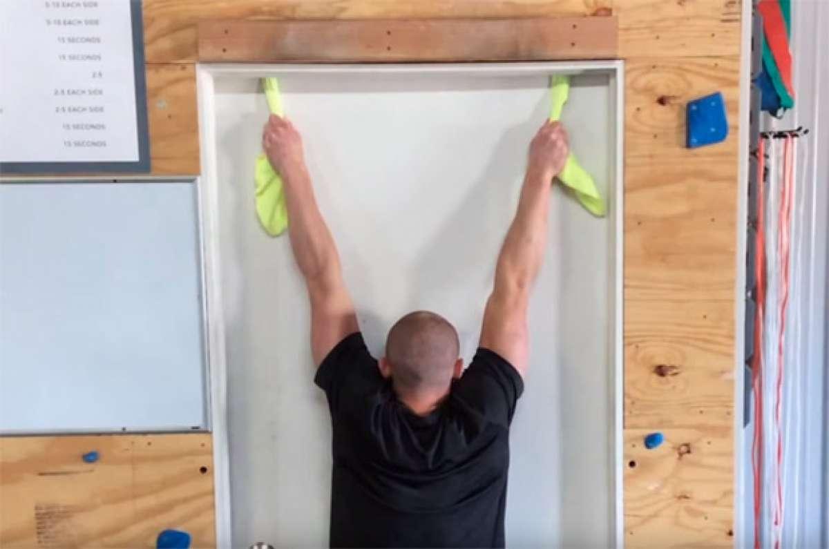 En TodoMountainBike: Para hacer en casa: flexiones dominadas en cualquier lugar con dos toallas y una puerta