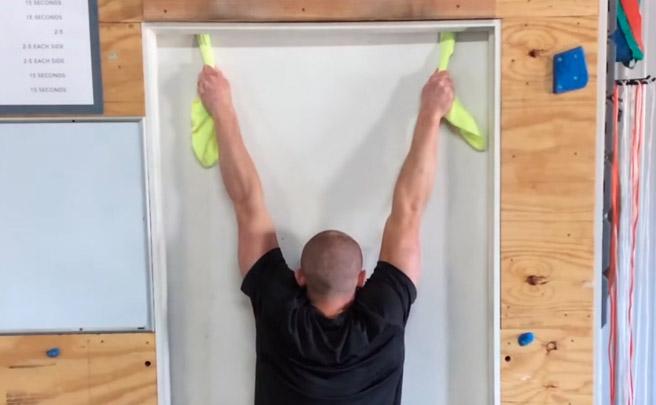Para hacer en casa: flexiones dominadas en cualquier lugar con dos toallas y una puerta
