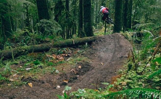 'Flow Down, Speed Up', rodando en Squamish (Canadá) con Remi Gauvin del OneUp Team