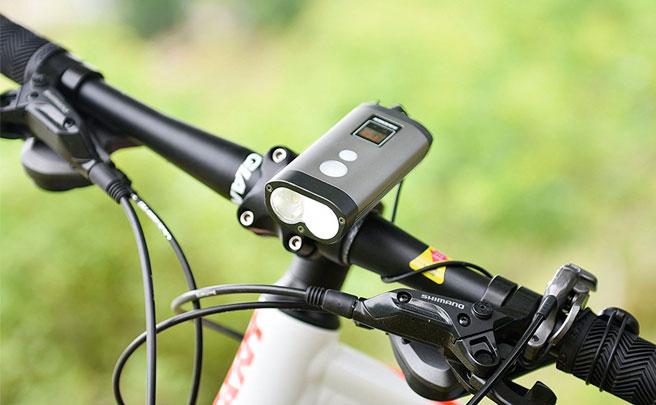 Ravemen PR1200, un económico foco con luz de doble alcance, indicador de batería y 1.200 lúmenes de potencia