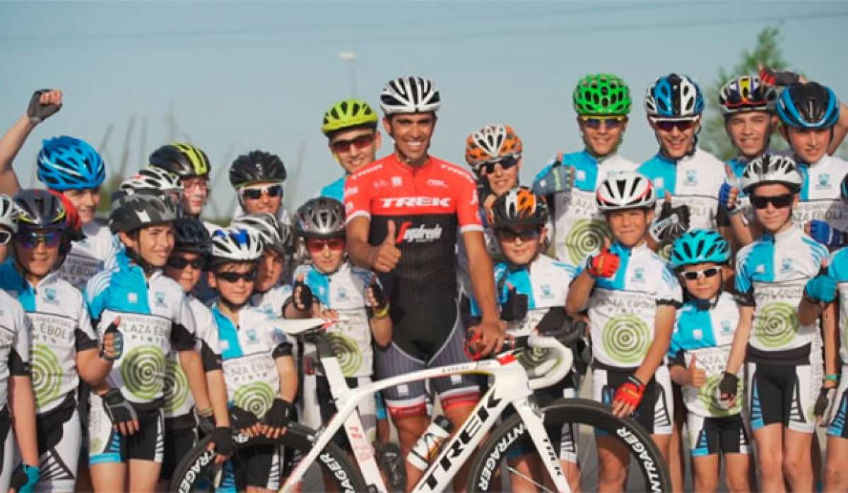 Bicicletas y oportunidades para los que realmente lo necesitan: la cara más amable y solidaria de Alberto Contador