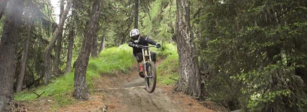 Así 'vuela' sobre su bicicleta Oscar Härnström, corredor de Commencal