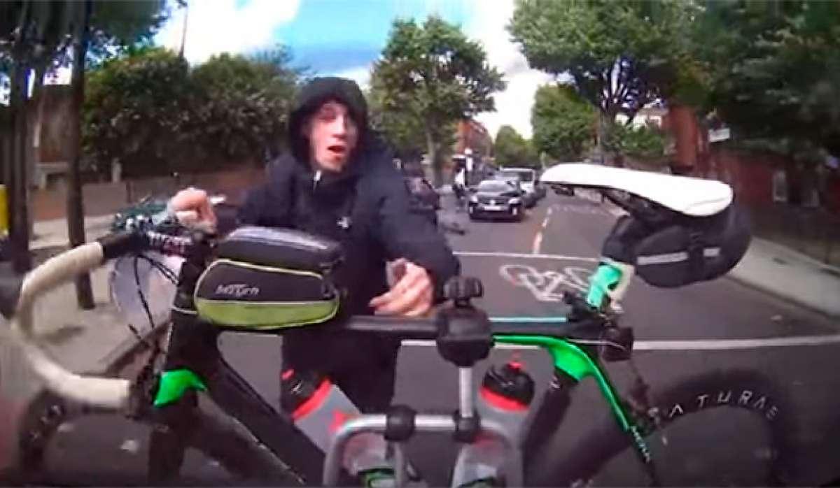 Así se roba (o casi) una bicicleta transportada en un portabicicletas trasero para el coche