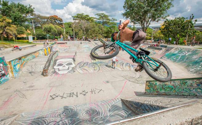 Así rueda Julián Molina, un valiente especialista de BMX amputado de una pierna