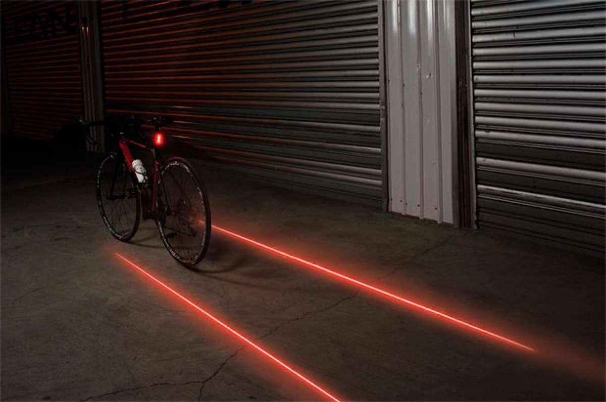 Lezyne Laser Drive, un foco trasero con luz diurna y zona de seguridad proyectada en el suelo