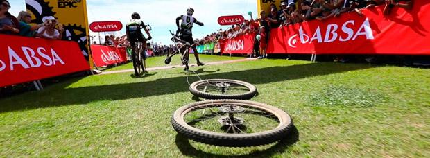 Ruedas a rastras, reparaciones improvisadas, caídas desafortunadas y mucho más: los momentos más épicos de la Cape Epic 2017