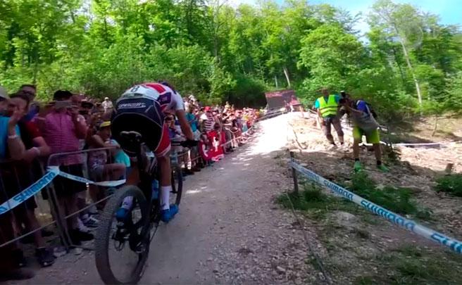La carrera de la Copa del Mundo XCO 2017 de Albstadt, desde la bicicleta de Nino Schurter