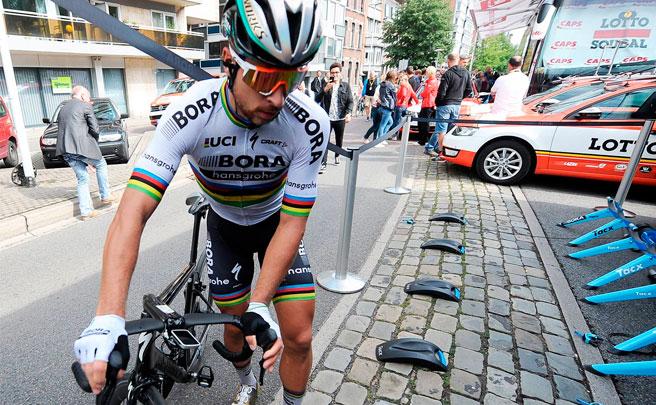 Peter Sagan, expulsado del Tour de Francia 2017 tras propinar un feo codazo a Mark Cavendish