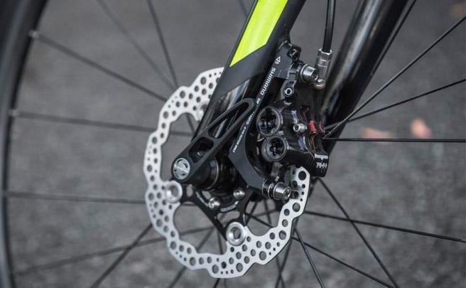 Más potencia de frenado en las bicis de carretera con las pinzas de cuatro pistones Hope RX4 Flat Mount