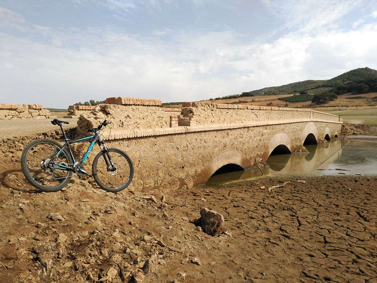 """La foto del día en TodoMountainBike: """"Un puente bajo el embalse"""""""
