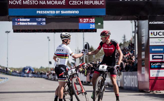 Nino Schurter y Annika Langvad, primeros líderes en Nové Město de la Copa del Mundo XCO 2017