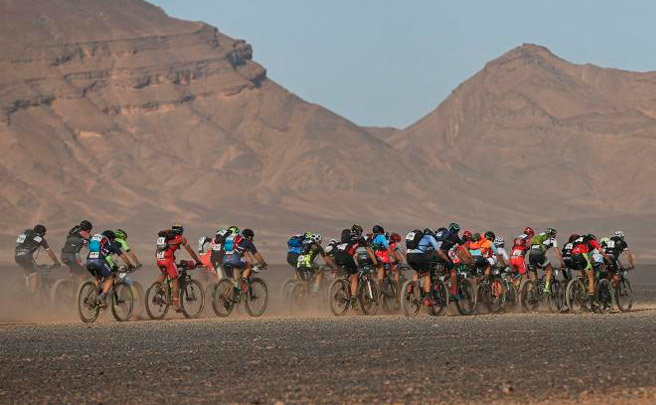 Victoria para Ondrej Fojtik y Olga Anabel Echenique en la cuarta etapa, la más rápida de la Titan Desert 2017