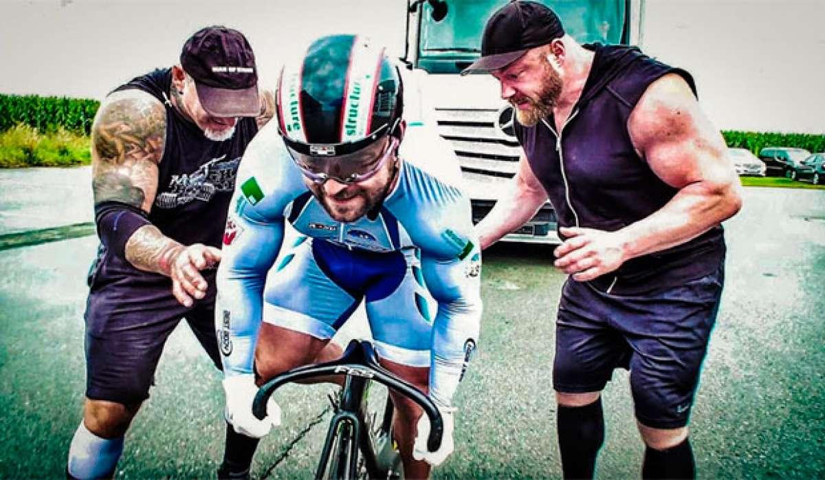Robert Förstemann, el ciclista con las piernas más poderosas del mundo, remolcando un camión con una bicicleta